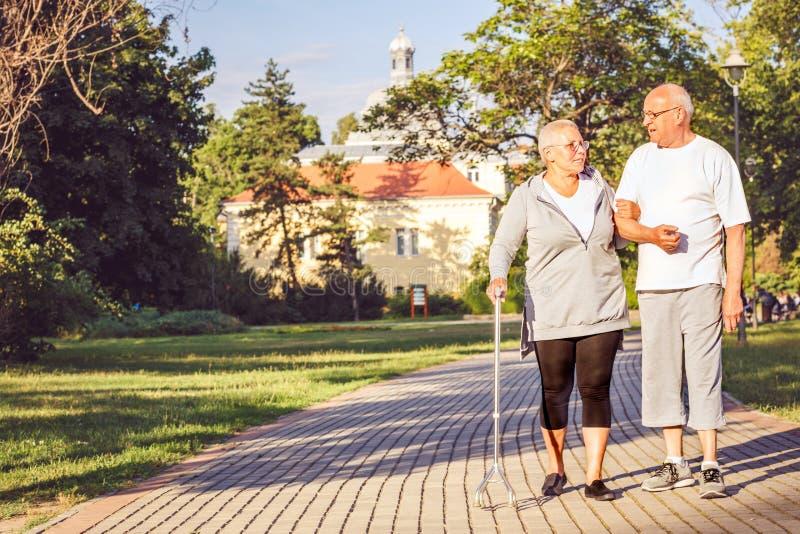 Famille heureuse - couple plus âgé marchant par le parc image libre de droits