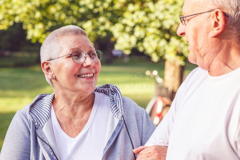 Famille heureuse - couple romantique de retraité appréciant la promenade en parc image libre de droits