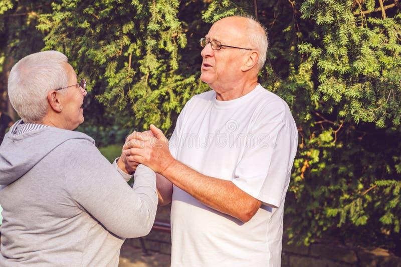 Famille heureuse - couple supérieur romantique appréciant la promenade en parc photographie stock libre de droits