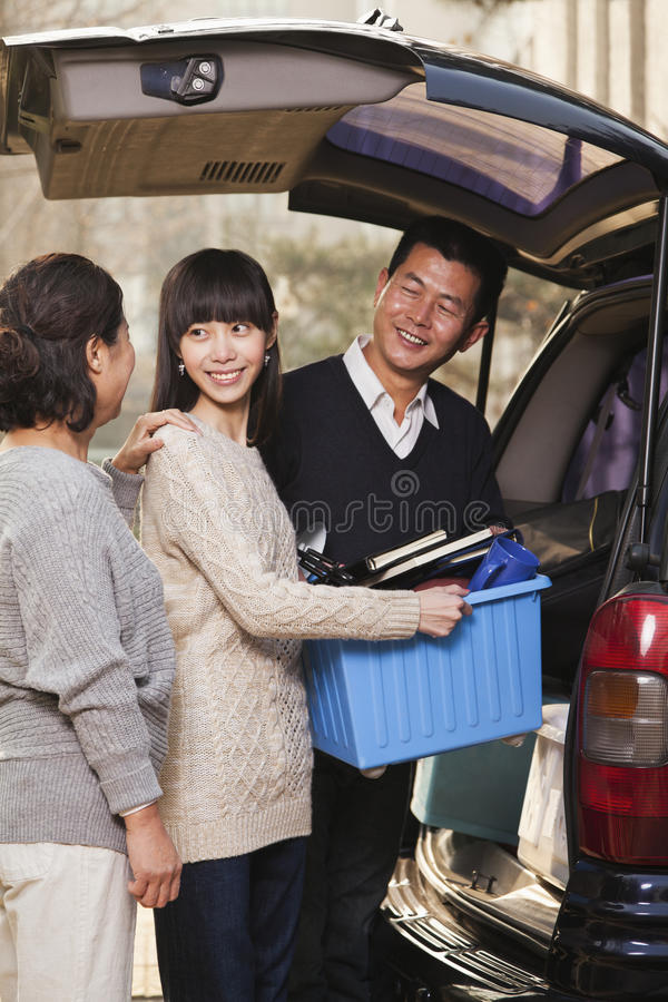 Famille heureuse déballant le monospace pour l'université, Pékin photos libres de droits