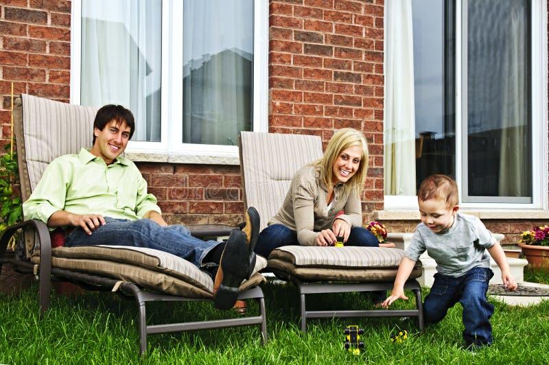 Famille heureuse détendant à la maison images libres de droits