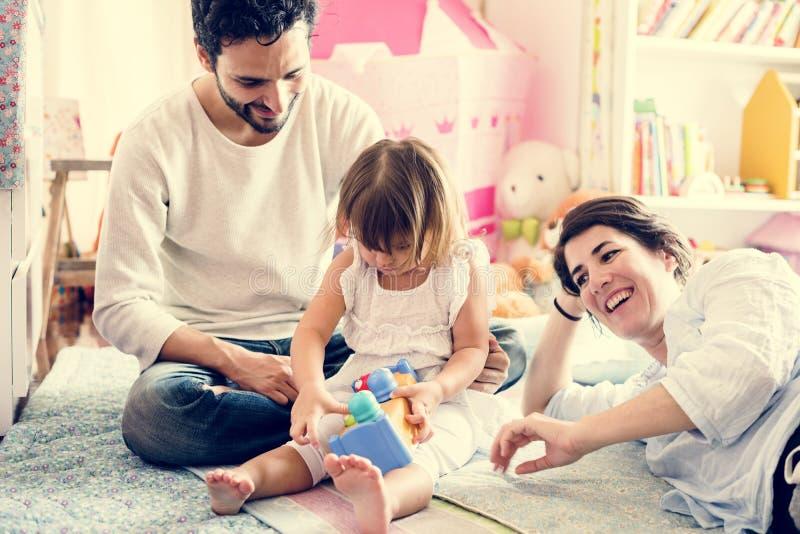 Famille heureuse détendant à la maison image libre de droits