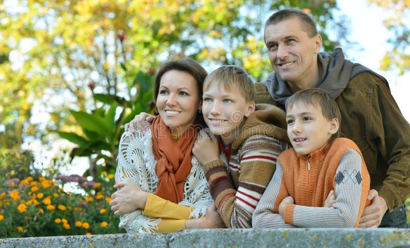 Famille heureuse détendant en parc images libres de droits