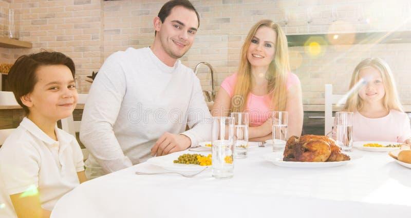 Famille heureuse dînant photos stock