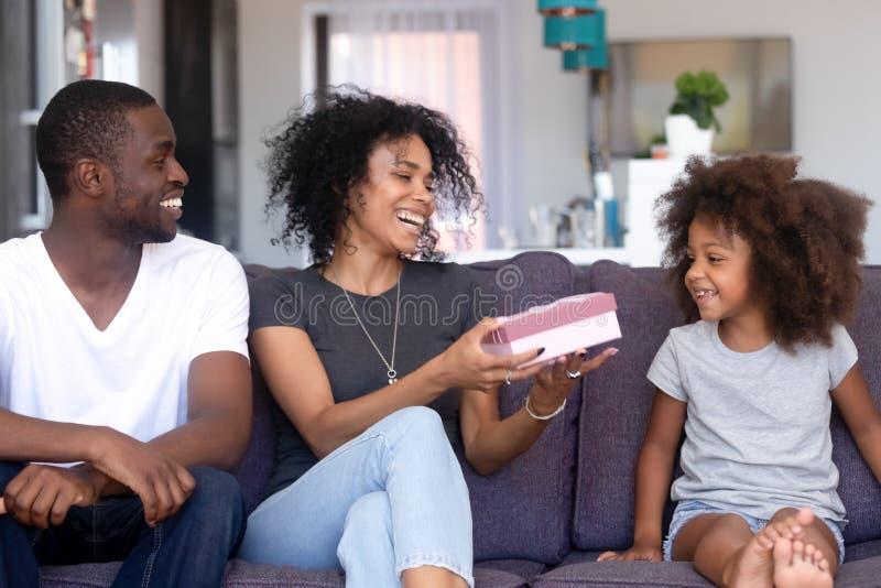 Famille heureuse d'Afro-américain célébrant l'anniversaire de fille photographie stock