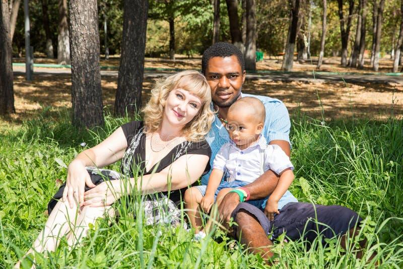Famille heureuse d'afro-américain : père, maman et bébé garçon noirs sur la nature images stock