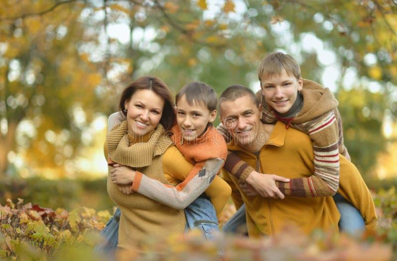 Download Famille Heureuse Dans La Forêt D'automne Photo stock - Image du extérieur, amour: 76081748