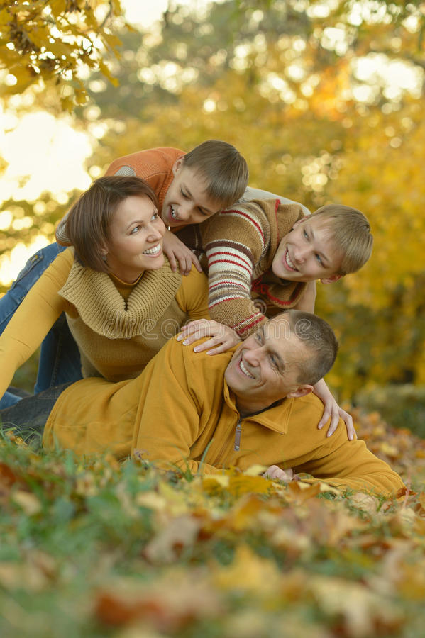 Download Famille Heureuse Dans La Forêt D'automne Image stock - Image du maman, forêt: 76081767