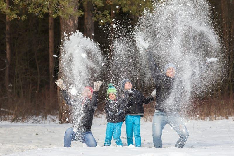 Famille heureuse dans la forêt d'hiver photo libre de droits