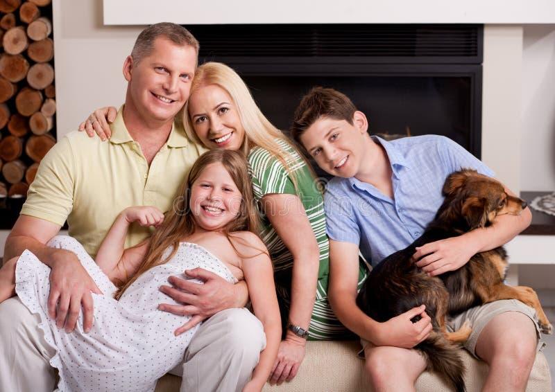 Famille heureuse dans la salle de séjour avec le crabot photo libre de droits