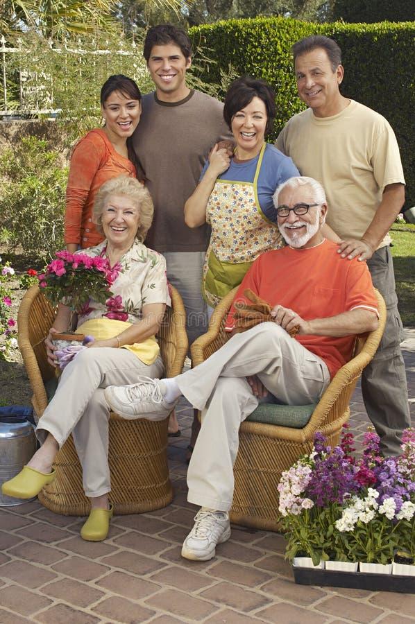 Famille heureuse dans le jardin images stock