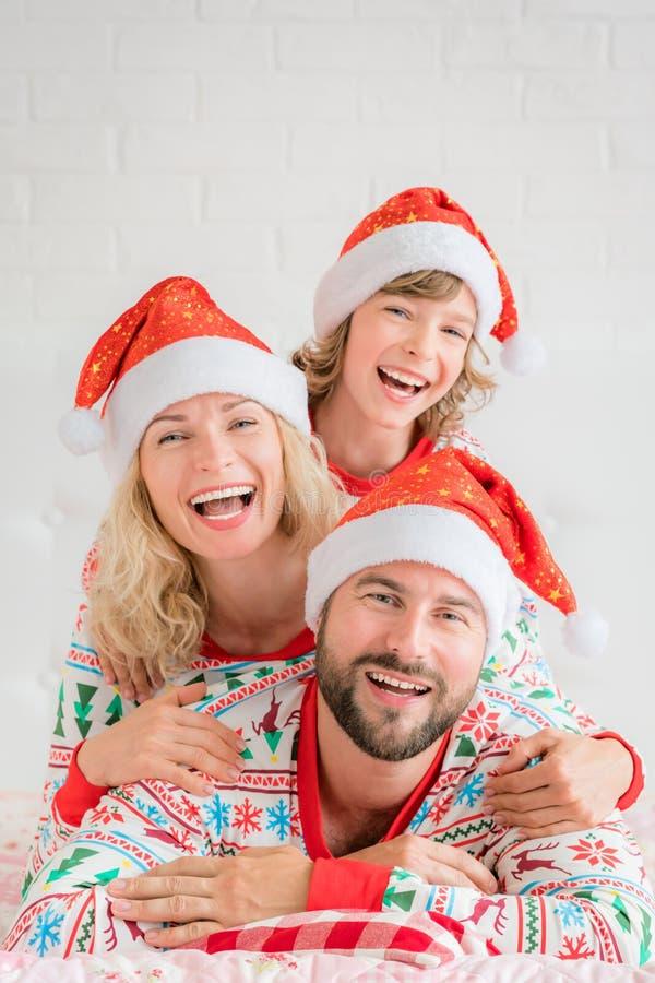 Famille heureuse dans le réveillon de Noël image stock