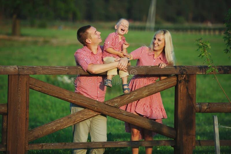 Famille heureuse dans le style campagnard images libres de droits