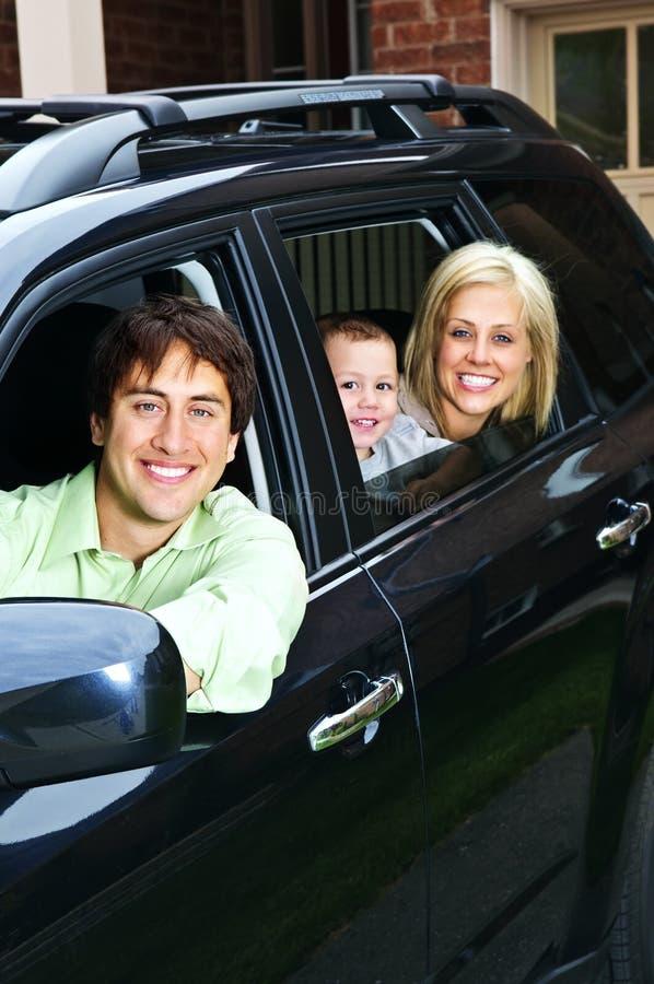 Famille heureuse dans le véhicule photographie stock libre de droits