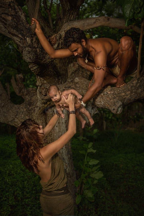 Famille heureuse de chemin mélangé images stock