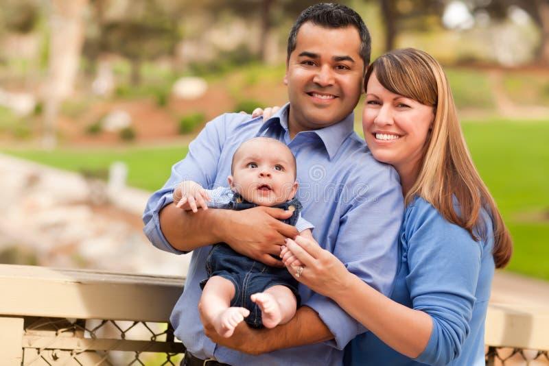 Famille heureuse de chemin mélangé posant pour une verticale image stock