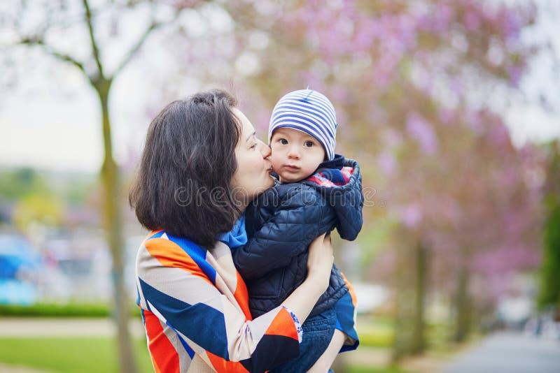 Famille heureuse de deux à Paris une journée de printemps image libre de droits