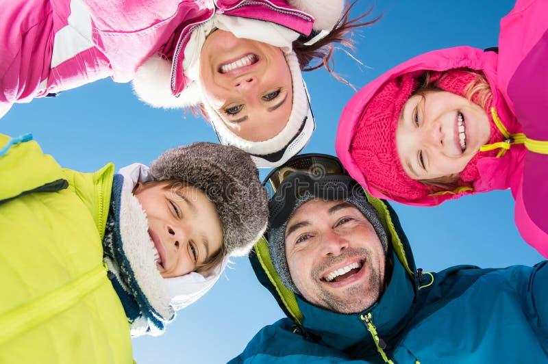 Famille heureuse de l'hiver photos libres de droits