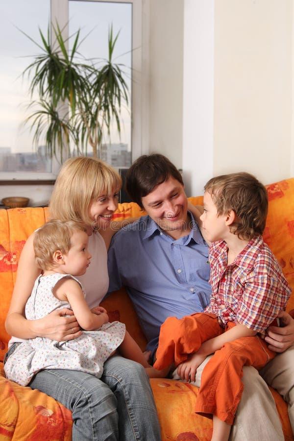 Famille heureuse de la maison sur un sofa photographie stock libre de droits