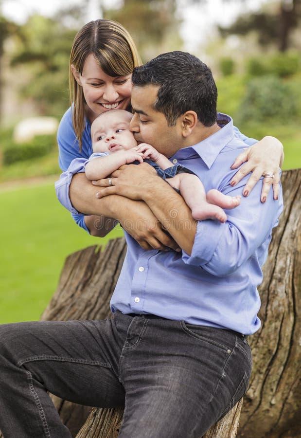 Famille heureuse de métis appréciant le parc photographie stock libre de droits