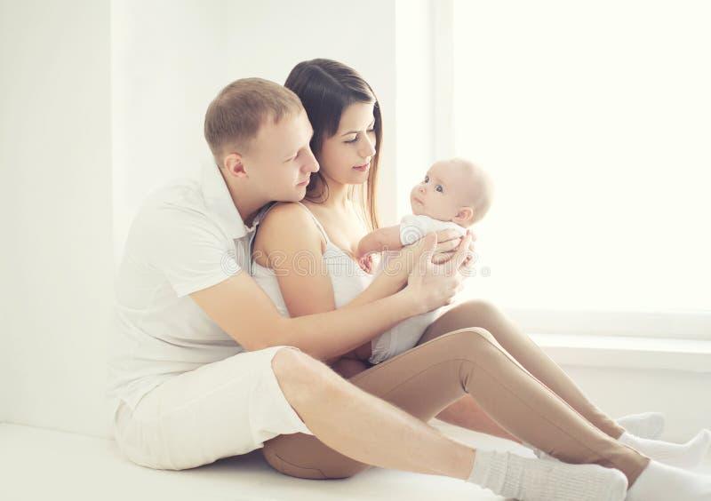 Famille heureuse de photo molle à la maison dans la chambre blanche images stock