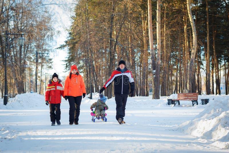 Famille heureuse dehors à l'horaire d'hiver images stock
