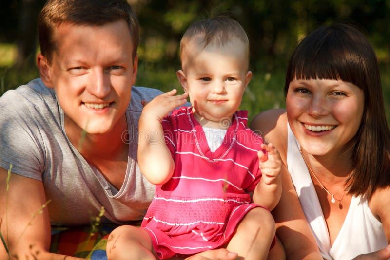 Famille heureuse dehors images libres de droits