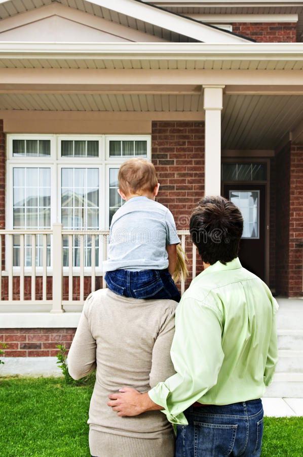 Famille heureuse devant la maison image libre de droits