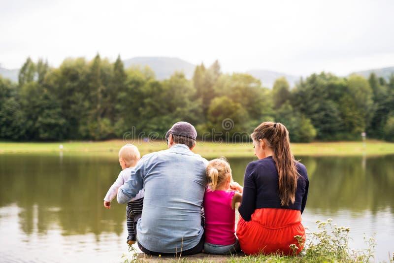 Famille heureuse en nature en été photo stock