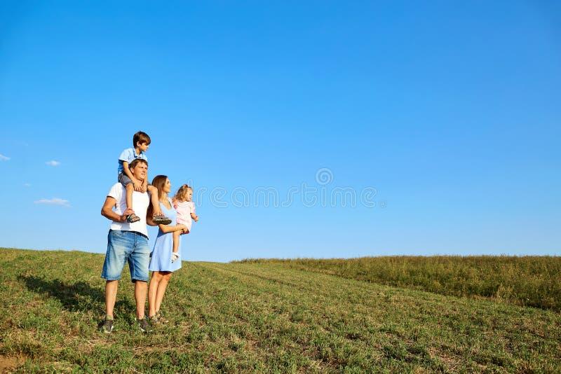 Famille heureuse en nature images libres de droits