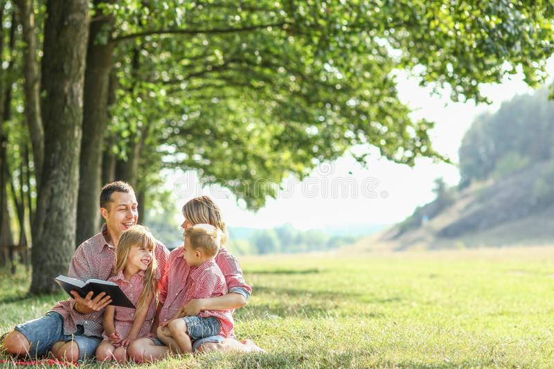 Famille heureuse en nature photos stock