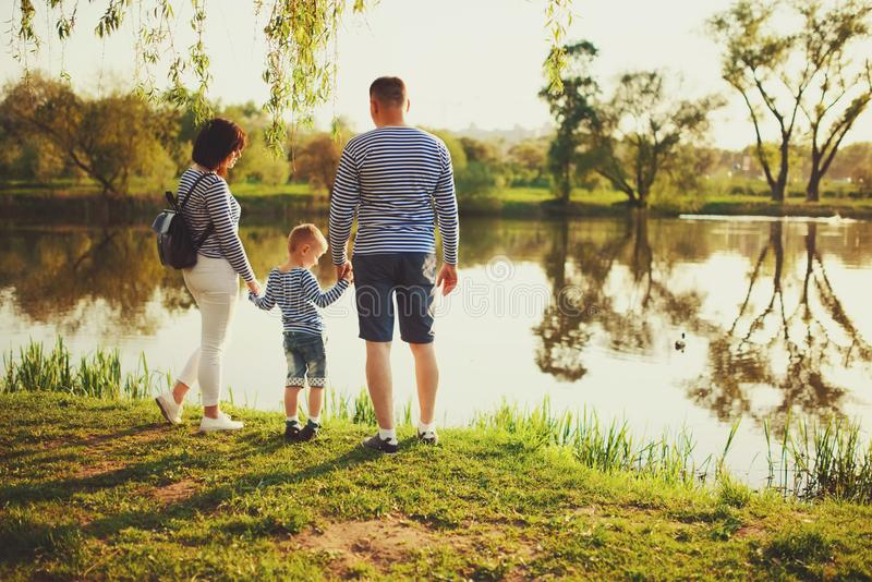 Famille heureuse en parc d'été photographie stock libre de droits