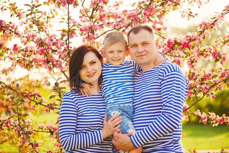 Famille heureuse en parc d'été image stock