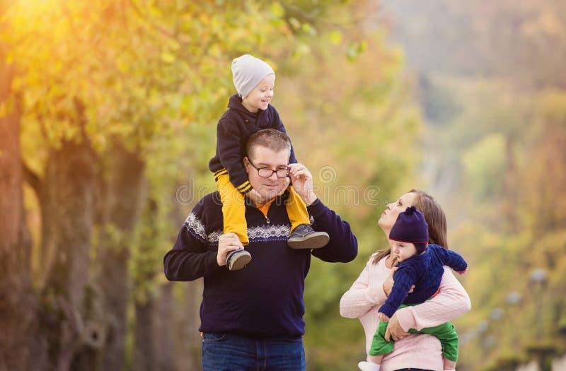 Famille heureuse en parc de ville image stock