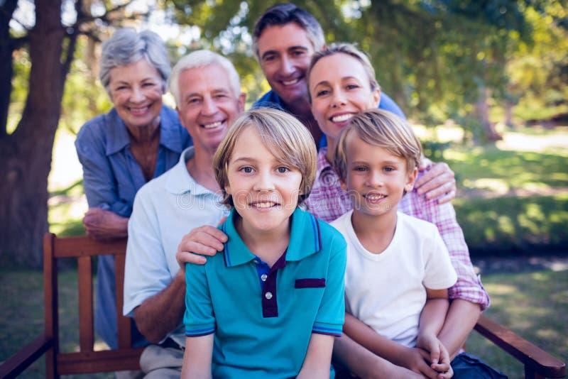 Famille heureuse en stationnement photographie stock libre de droits