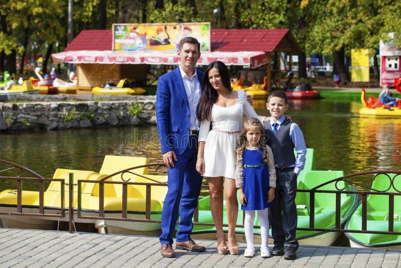 Famille heureuse en stationnement d'automne photographie stock libre de droits