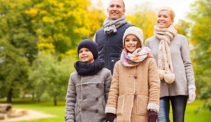 Famille heureuse en stationnement d'automne image libre de droits