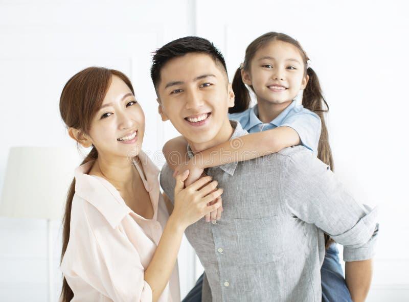Famille heureuse et enfant ayant l'amusement ensemble photographie stock libre de droits