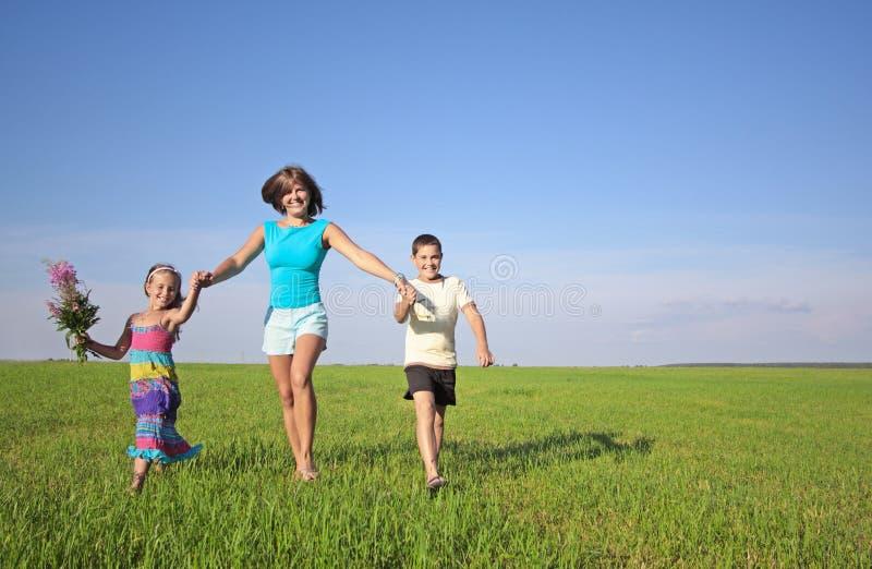 Famille heureuse extérieure photos libres de droits