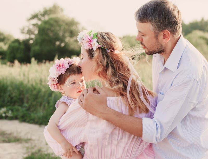 Famille heureuse extérieure images stock