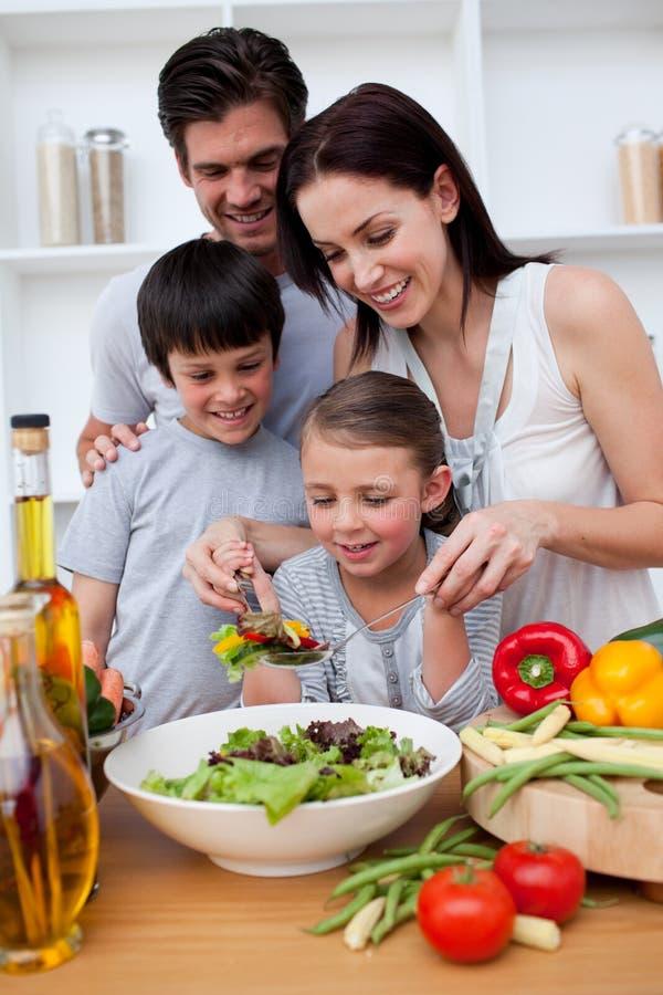 Famille heureuse faisant cuire ensemble photos libres de droits