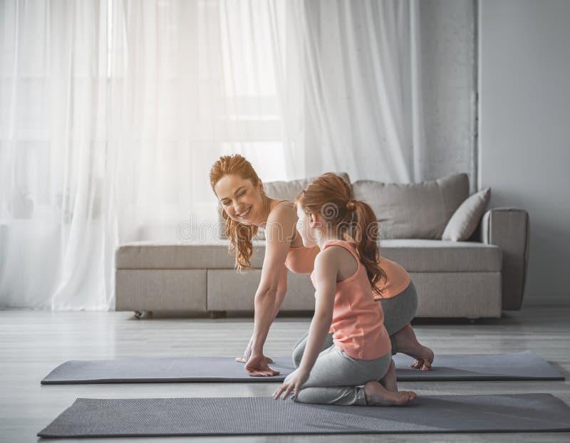 Famille heureuse faisant la forme physique ensemble images stock