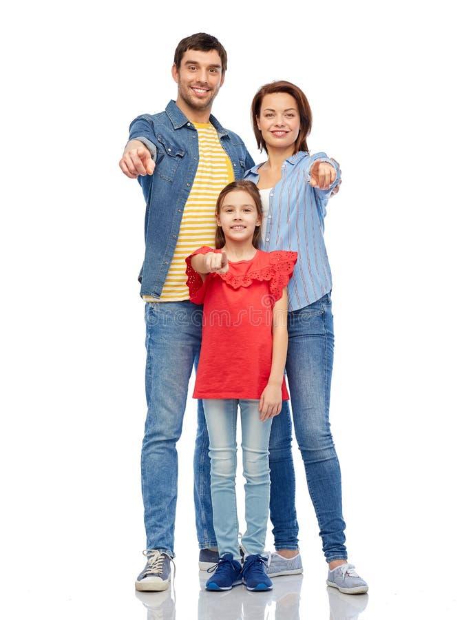 Famille heureuse indiquant vous au-dessus du fond blanc photo libre de droits