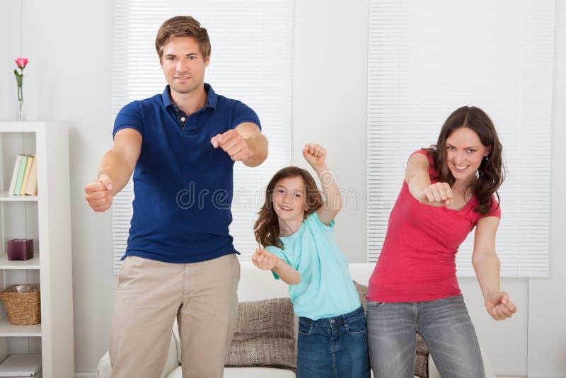 Famille heureuse jouant le jeu vidéo photo libre de droits