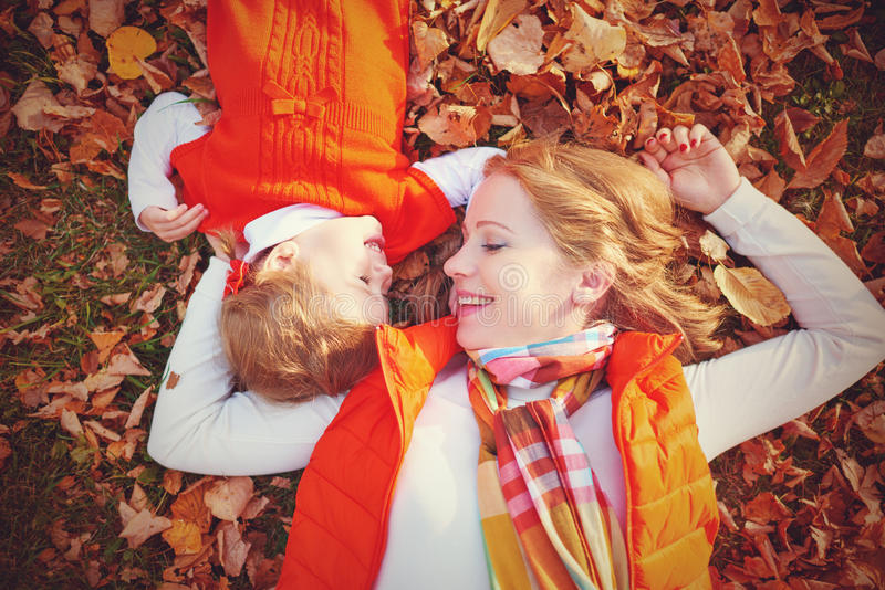 Famille heureuse : la petite fille de mère et d'enfant jouent la caresse dessus image libre de droits