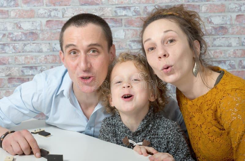 Famille heureuse, mère, père, enfant photographie stock libre de droits