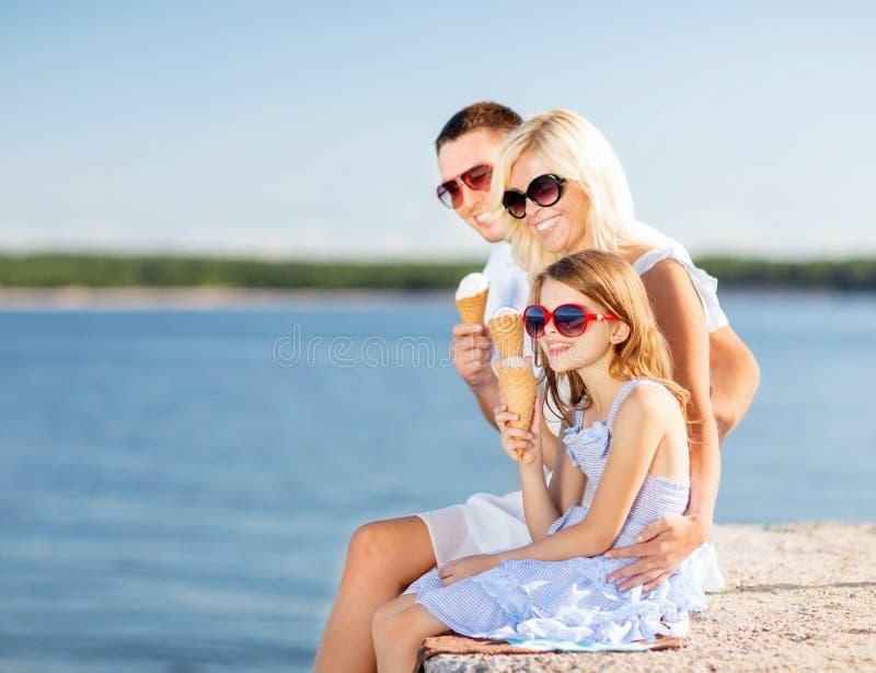 Famille heureuse mangeant la crème glacée  photographie stock libre de droits