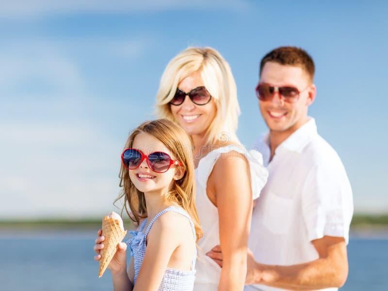 Famille heureuse mangeant la crème glacée  photographie stock