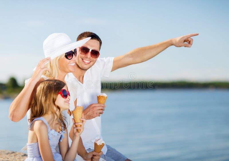 Famille heureuse mangeant la crème glacée  photos libres de droits