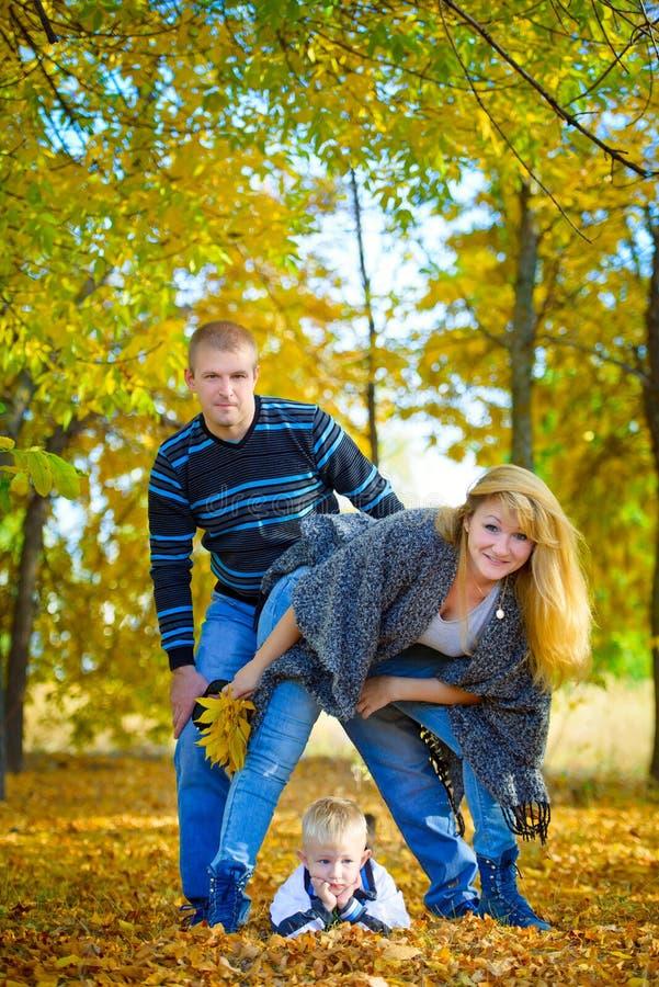 Famille heureuse marchant à la nature d'automne photo stock